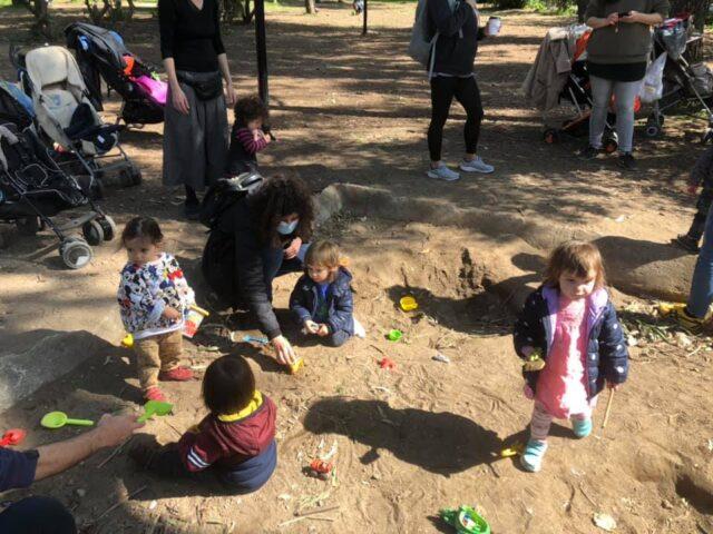 Ένα σκάμμα με άμμο για τα παιδιά.